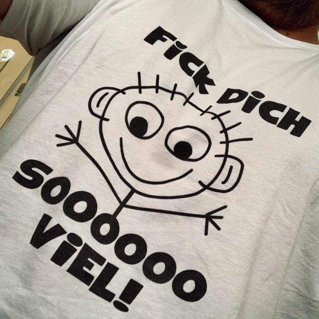 Shirt mit Strichmänchen, das beide Hände vor sich auseiander hält und folgendem Text: Fick Dich - soooooo viel!